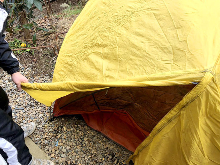 テント入り口