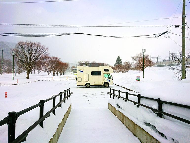 キャンピングカー 雪