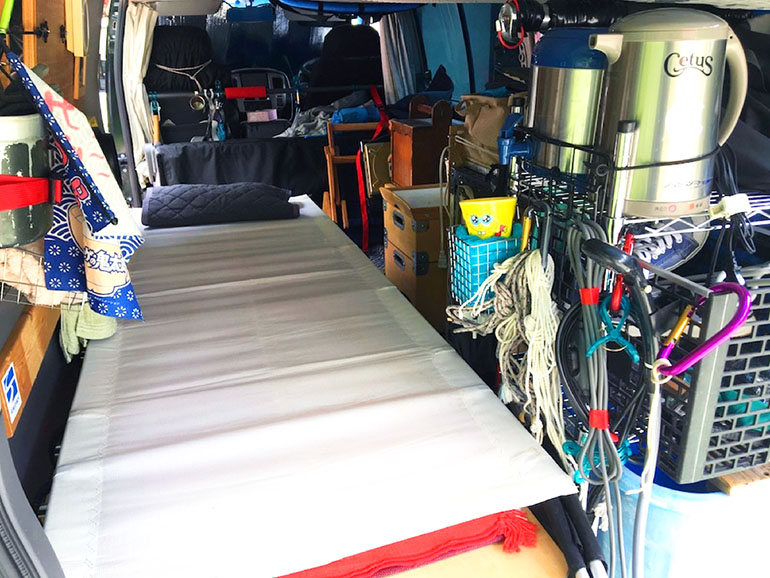 キャンプ用ベッド 車内