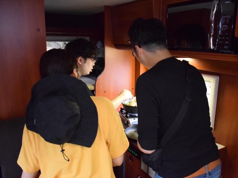 キャンピングカー車内 料理の様子2