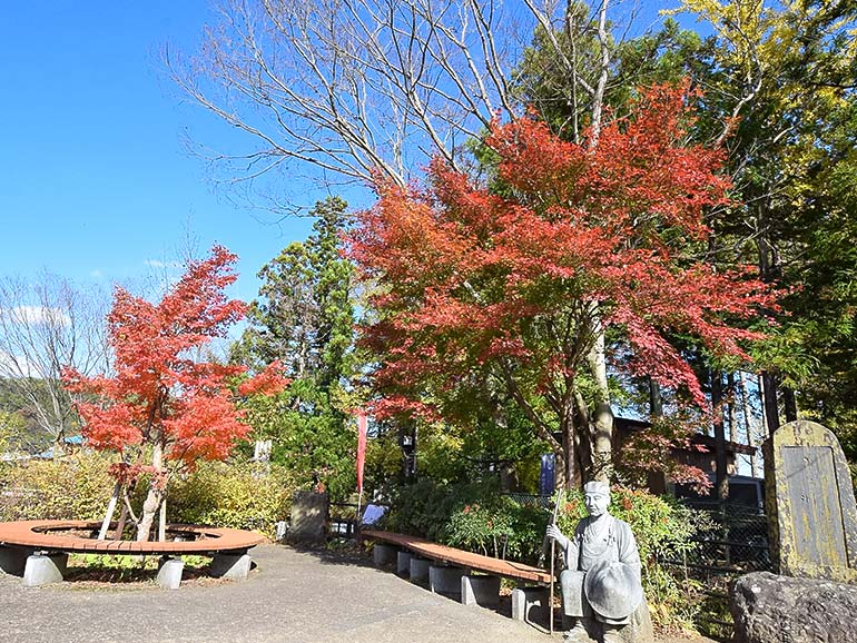 田原の滝芭蕉像