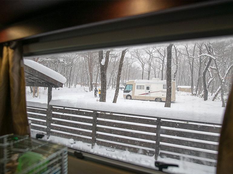 キャンピングカー 雪中