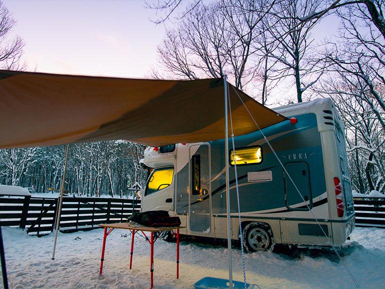 雪中キャンプ キャンピングカー
