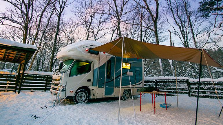 キャンピングカーで雪中キャンプをしよう!魅力や注意点、おすすめアイテムを紹介