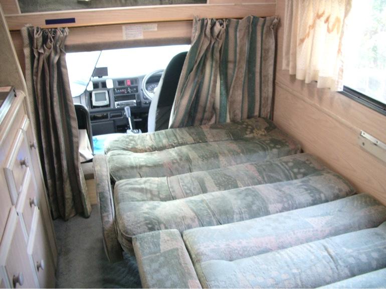 キャンピングカー ダイネットベッド