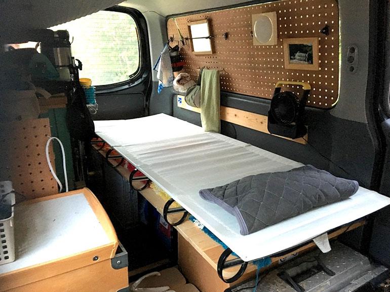 キャラバン車中泊仕様内装