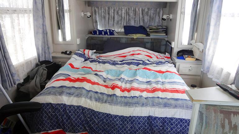 キャンピングトレーラー ベッド