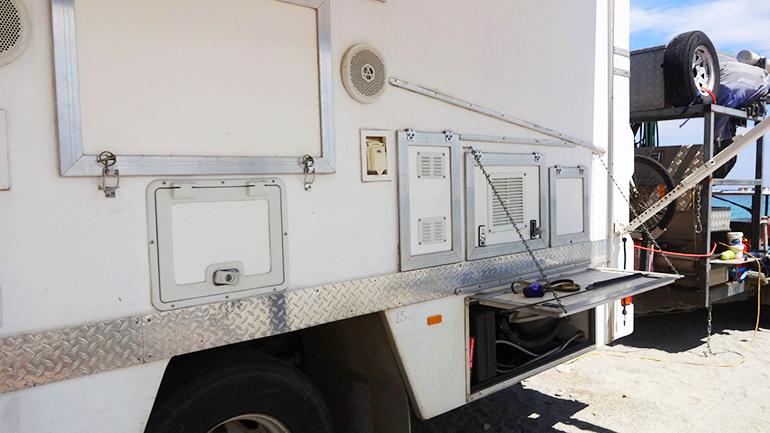 トラックキャンピングカー  外部収納3