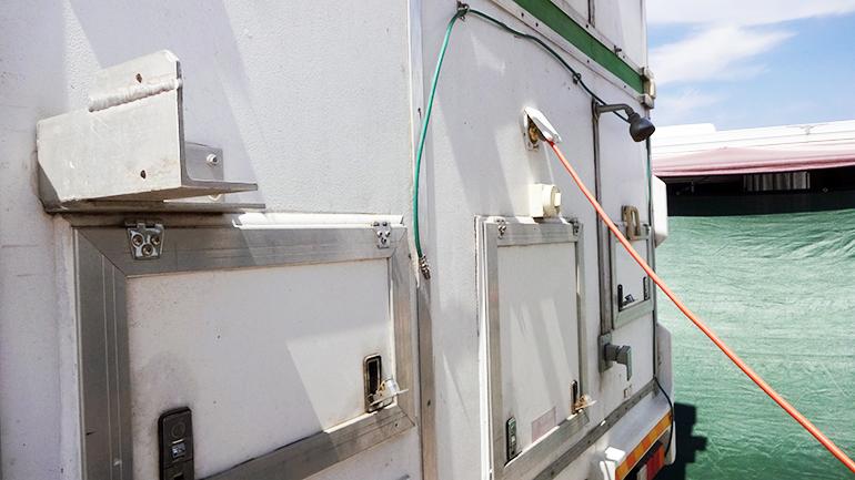 トラックキャンピングカー 外部シャワー