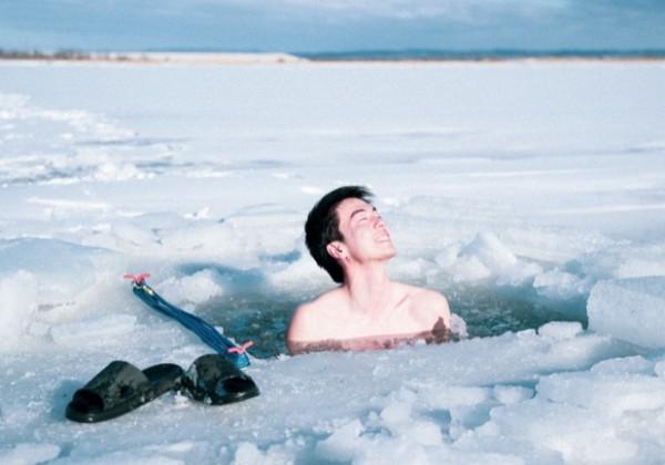 北海道の凍った湖の上でサウナ!?新しいキャンピングカーアクティビティ