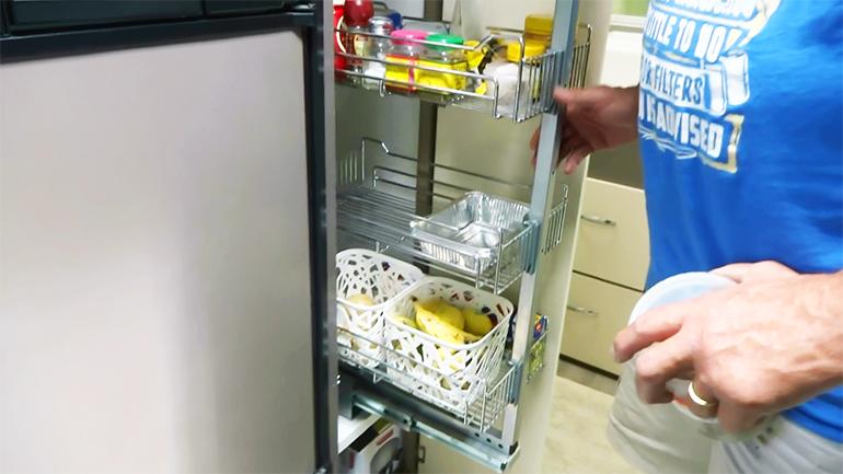 キャンピングトレーラー 冷蔵庫横収納