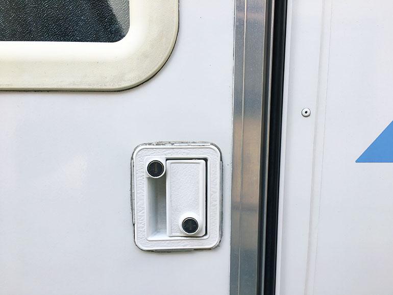 キャンピングカー エントランスドア 2重ロック 鍵穴