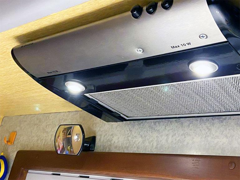 キャンピングカーDIY 換気扇ライト LED化