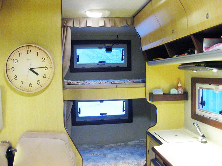 キャンピングカー 二段ベッド