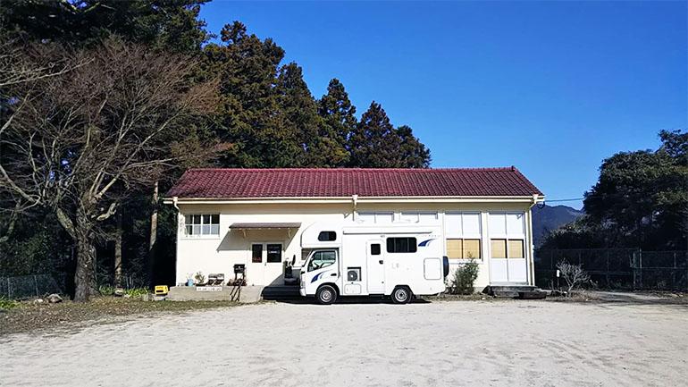 分校Cafe haruhi 校舎とキャンピングカー