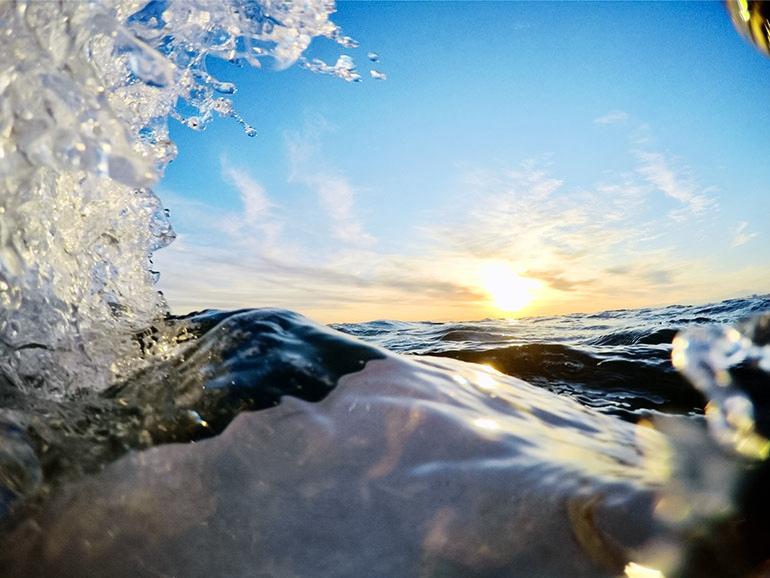 水しぶきをあげる波