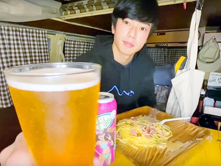 車内でビールを飲みながら夕食