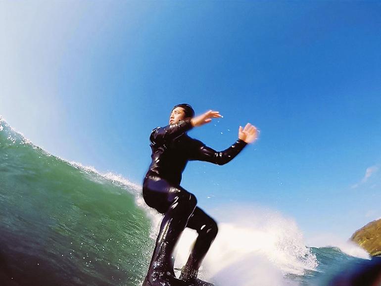 サーフィンをしている男性