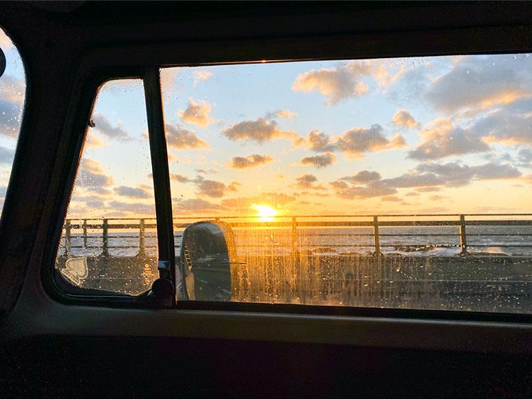 車内から見える夕日