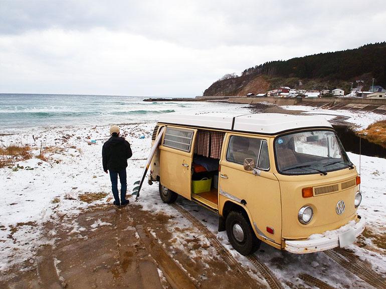 砂浜に止められたキャンピングカー