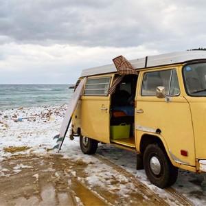 キャンピングカーでサーフィンへ!「車中泊×ソトアソビ」は魅力がいっぱい。