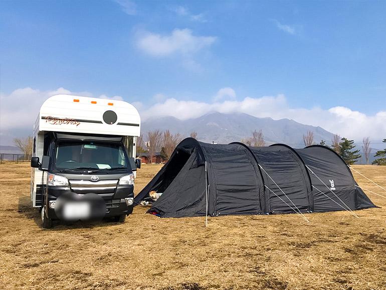 テントの横に停められたキャンピングカー