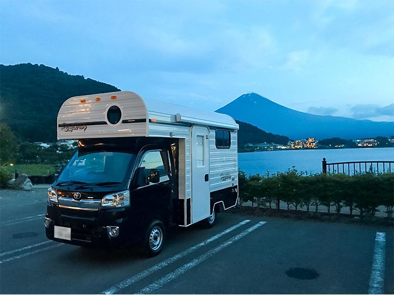 富士山をバックに停められたキャンピングカー
