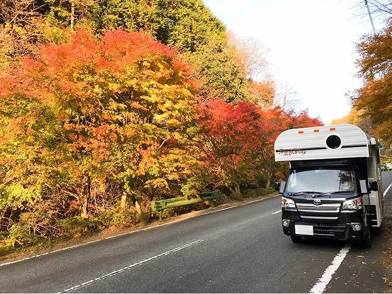 紅葉の中停まっているキャンピングカー