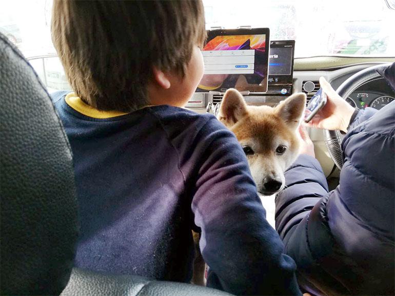 車内でくつろぐ家族