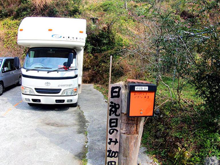 日本一の石段の下に停められたキャンピングカー