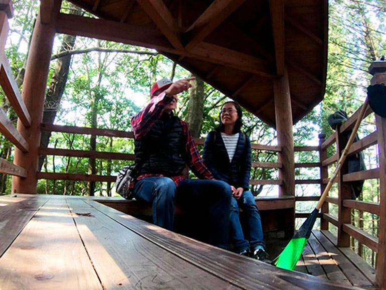 日本一の石段の休憩スポットで休憩する夫婦