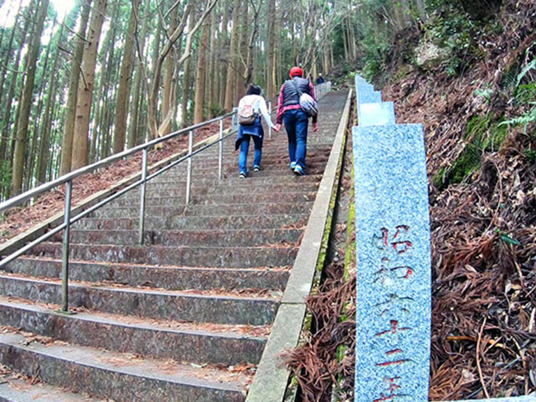 日本一の石段を登る夫婦