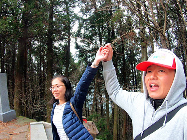 日本一の石段を登り切って喜ぶ夫婦