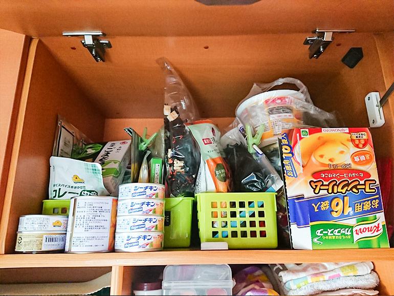キャンピングカーの収納棚にしまわれた食材