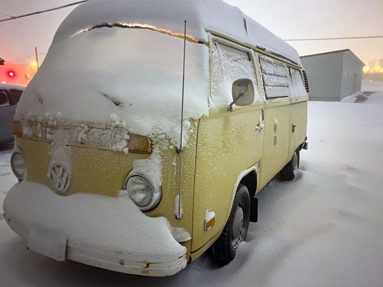 雪に埋もれるキャンピングカー
