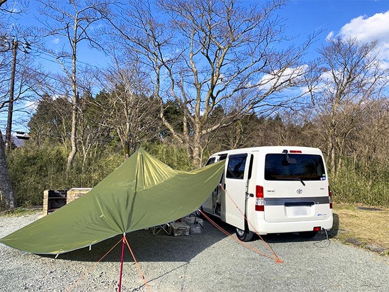 キャンピングカーサイドにタープを張ってキャンプしている風景