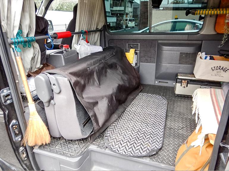 後部座席を畳んだキャラバンの車内