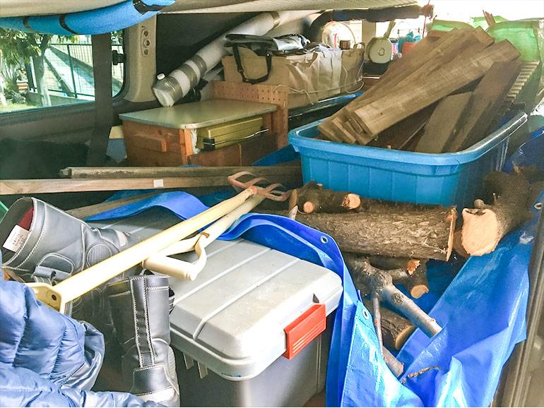 荷物でいっぱいになったキャラバンの車内