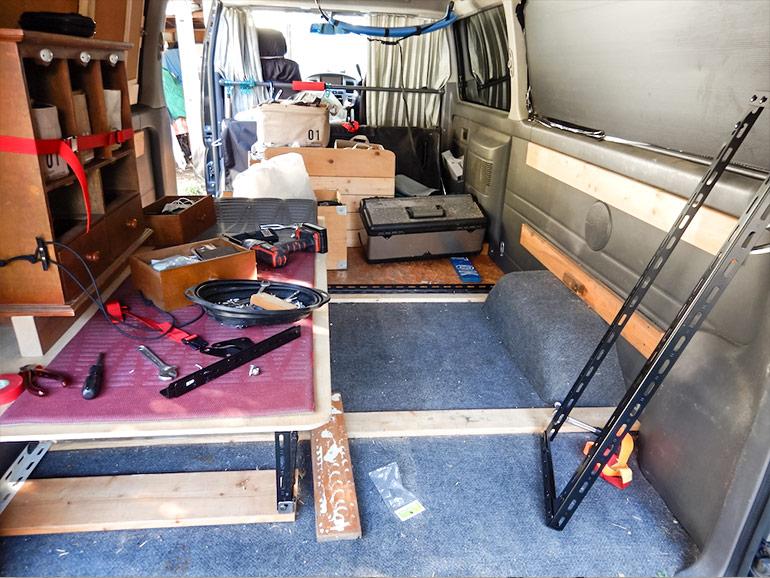 荷物が降ろされたキャラバンの車内