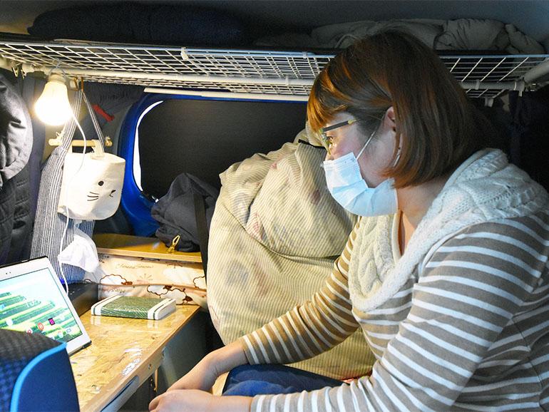 車内で作業する女性