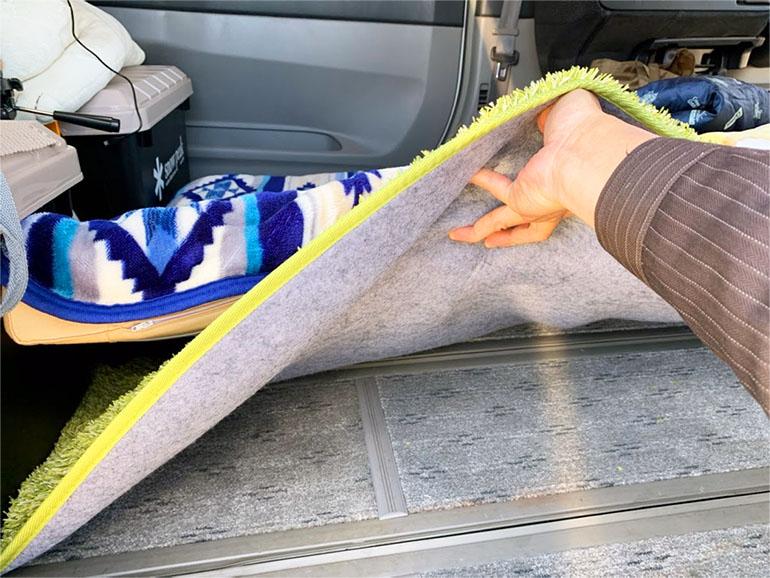 車内に敷かれたカーペット