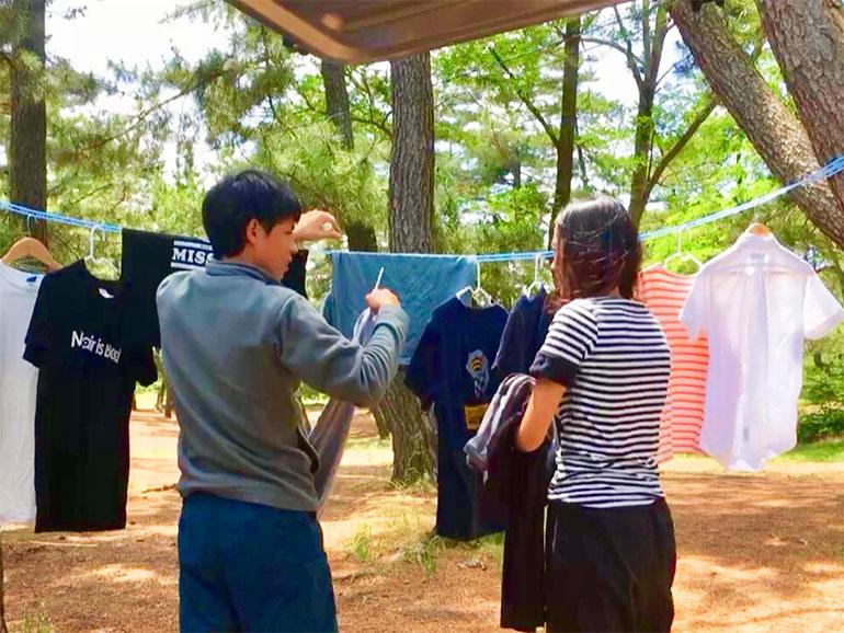 洗濯を干している夫婦