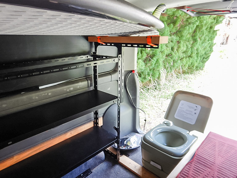 キャラバン車内の棚とトイレ