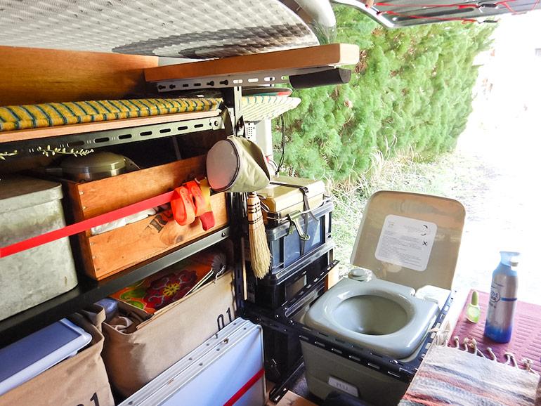 キャラバンに設置されたポータブルトイレ