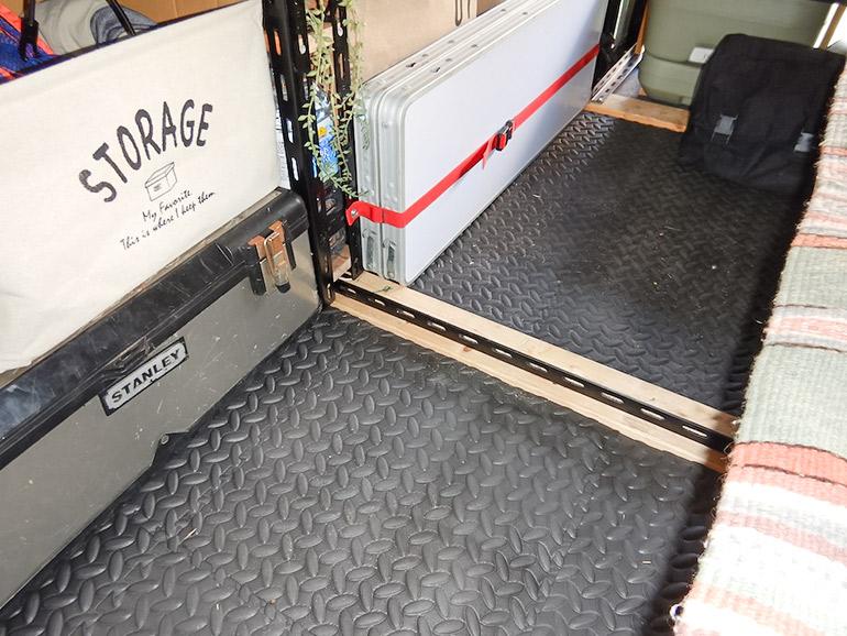 ウレタンマットの貼られたキャラバンの床