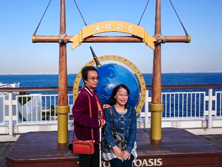 観光地で記念撮影をする夫婦