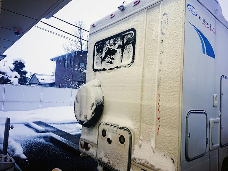 雪が積もったキャンピングカー