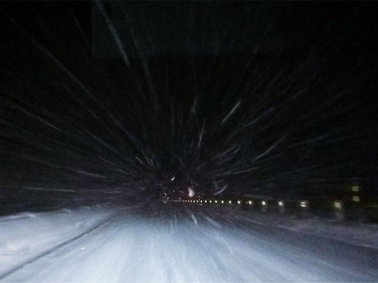 雪の降る夜道