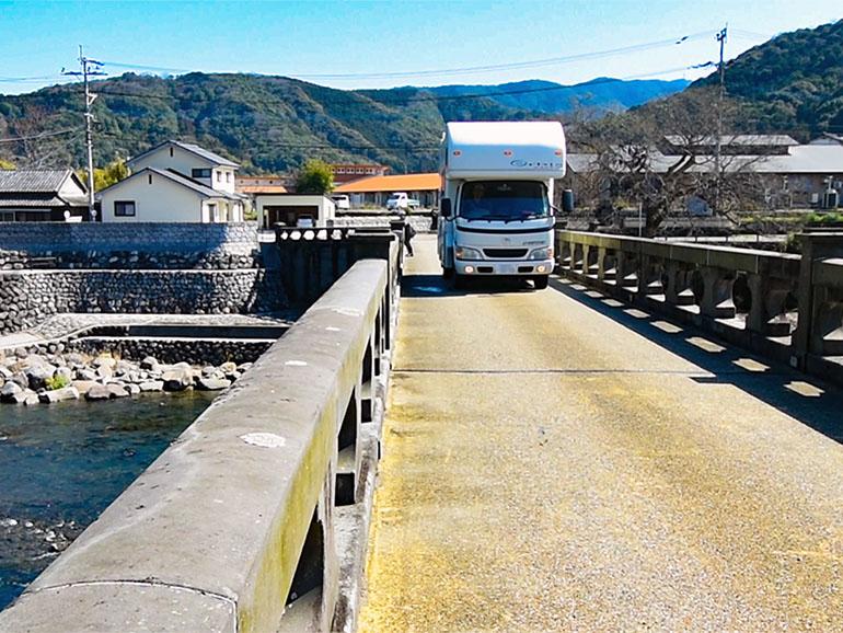 橋を走行するキャンピングカー