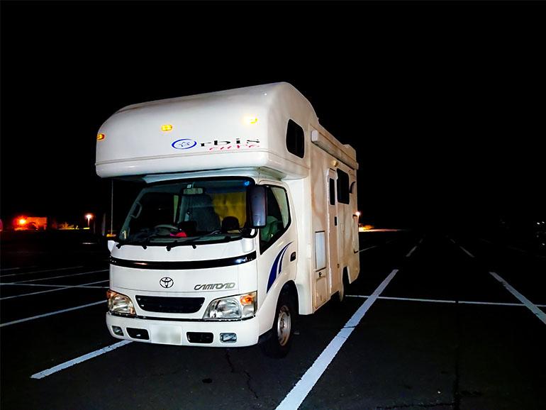 夜間のキャンピングカー